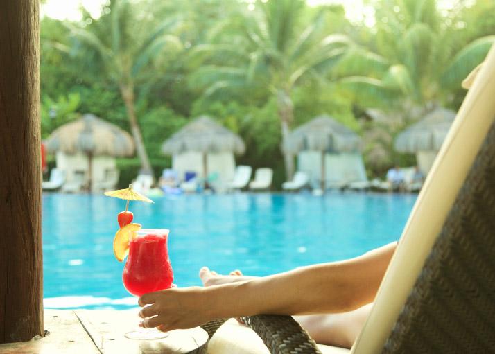 Cóctel en la tumbona de la piscina del hotel Royal Hideaway Playacar