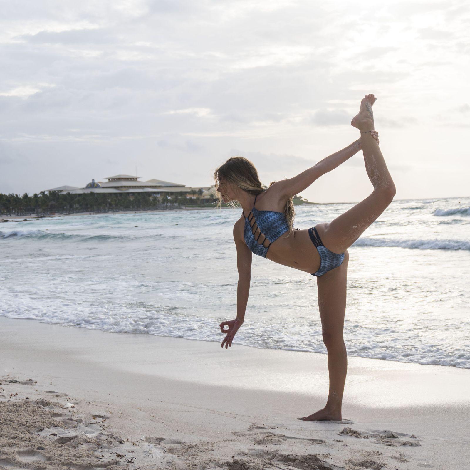 Hacer yoga en la playa con la influencer Alex Lettrich en Riviera Maya