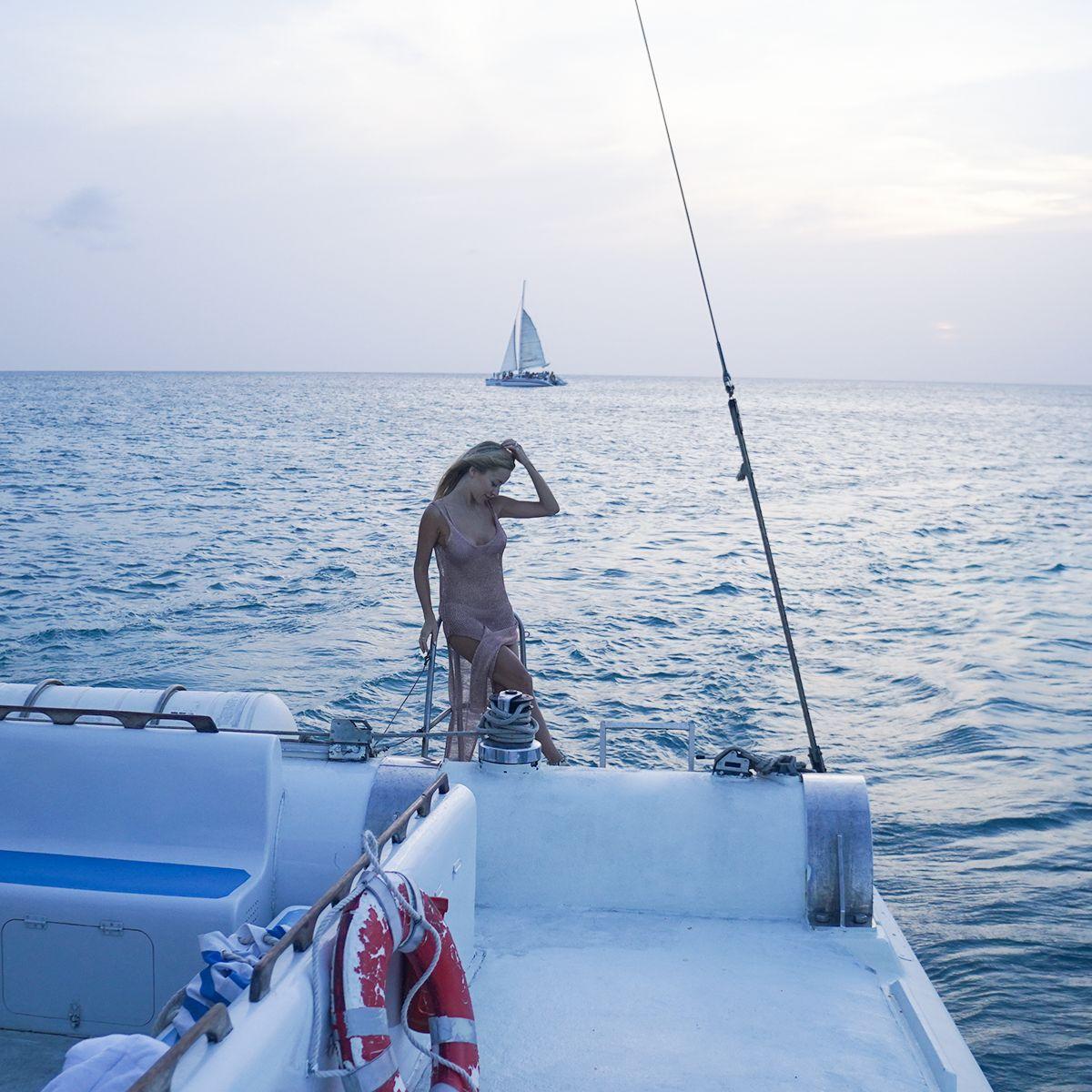 Navegar por Aruba en barco al atardecer